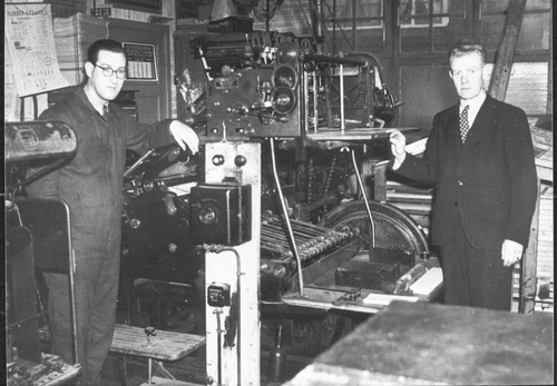Piet Paap and Ijs de Jong with the printing press they used to create Het Parool. ( Image Bank WW2 - NIOD )
