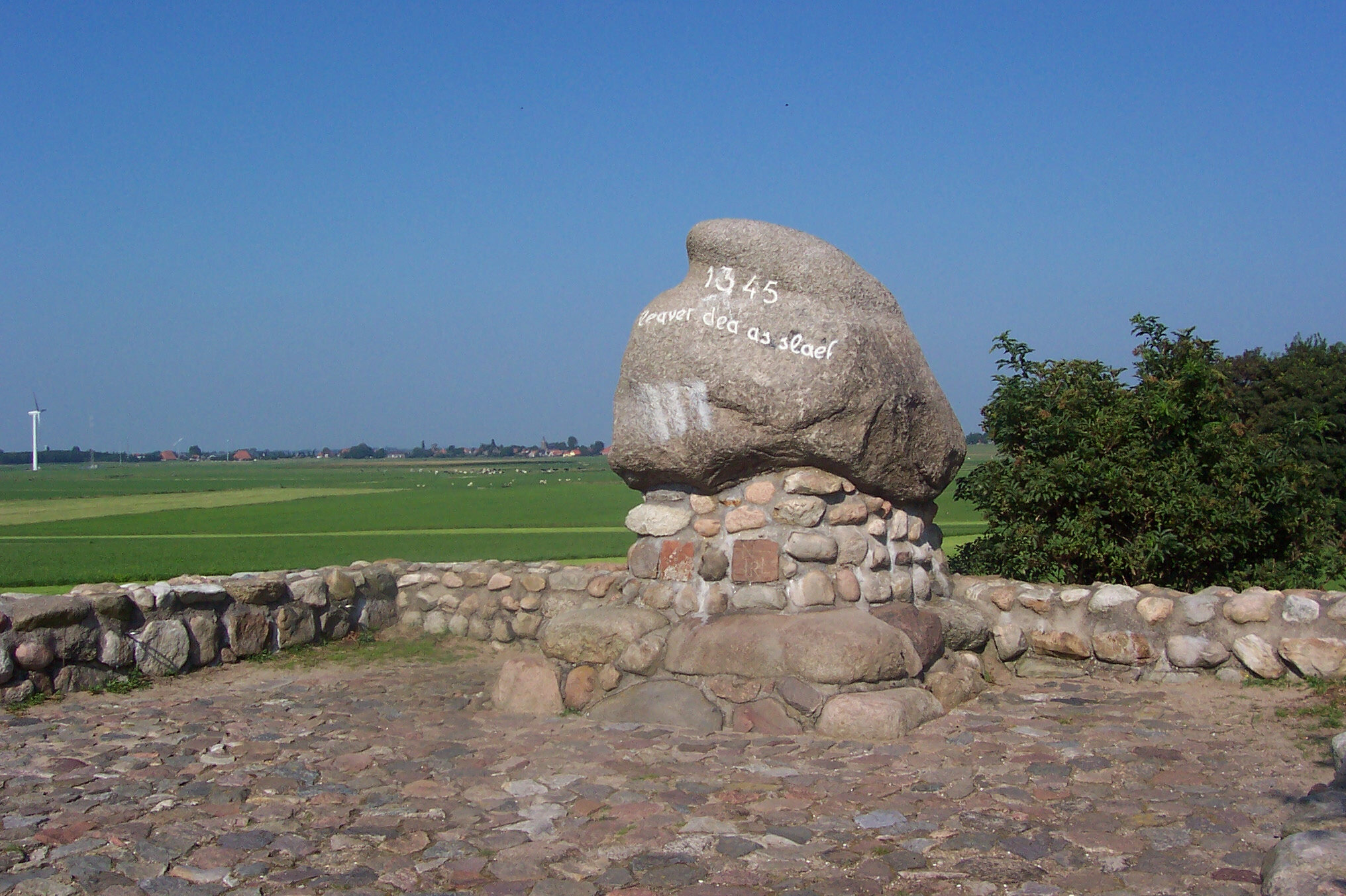 """Monument of the battle of Warns in Friesland. It says, in Frisian; """" Better to be dead than a slave """". By B. at fy.wikipedia, CC BY-SA 3.0,  https://commons.wikimedia.org/w/index.php?curid=9534344"""