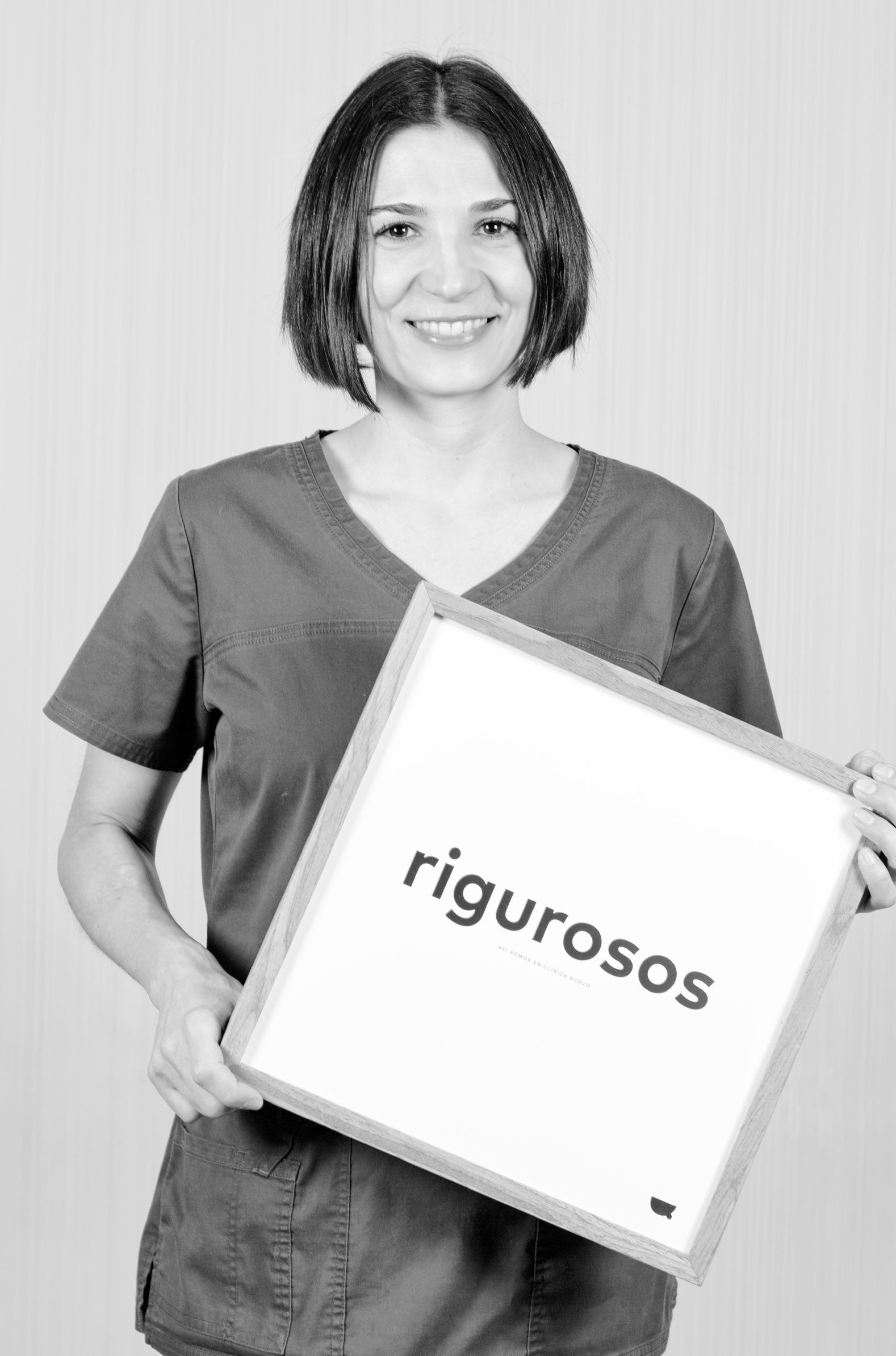 Dra. Silvia Álvarez - Es licenciada en Odontología por la Universidad del País Vasco y cuenta con una extensa trayectoria. Su campo de especialidad se desarrolla en protesis y rehabilitación oral para mejorar la calidad de vida de sus pacientes y devolverles su mejor sonrisa.