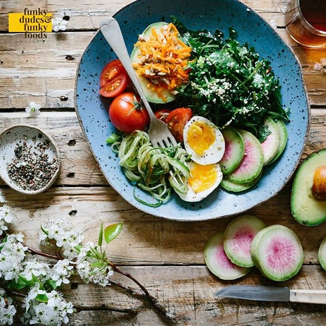 Where is your fave place to eat healthy in ATX? We are all about eating healthy in large large large large large quantities. . . . . . . #bowl #podcast #atxpodcast #austinfoodie #atxfoodie #green #greens #flowers #funkydudesfunkyfoods #funkydudesfunkyfoodspodcast #wood #table #avocado #egg #tomato #eatinghealthy #healthyfood