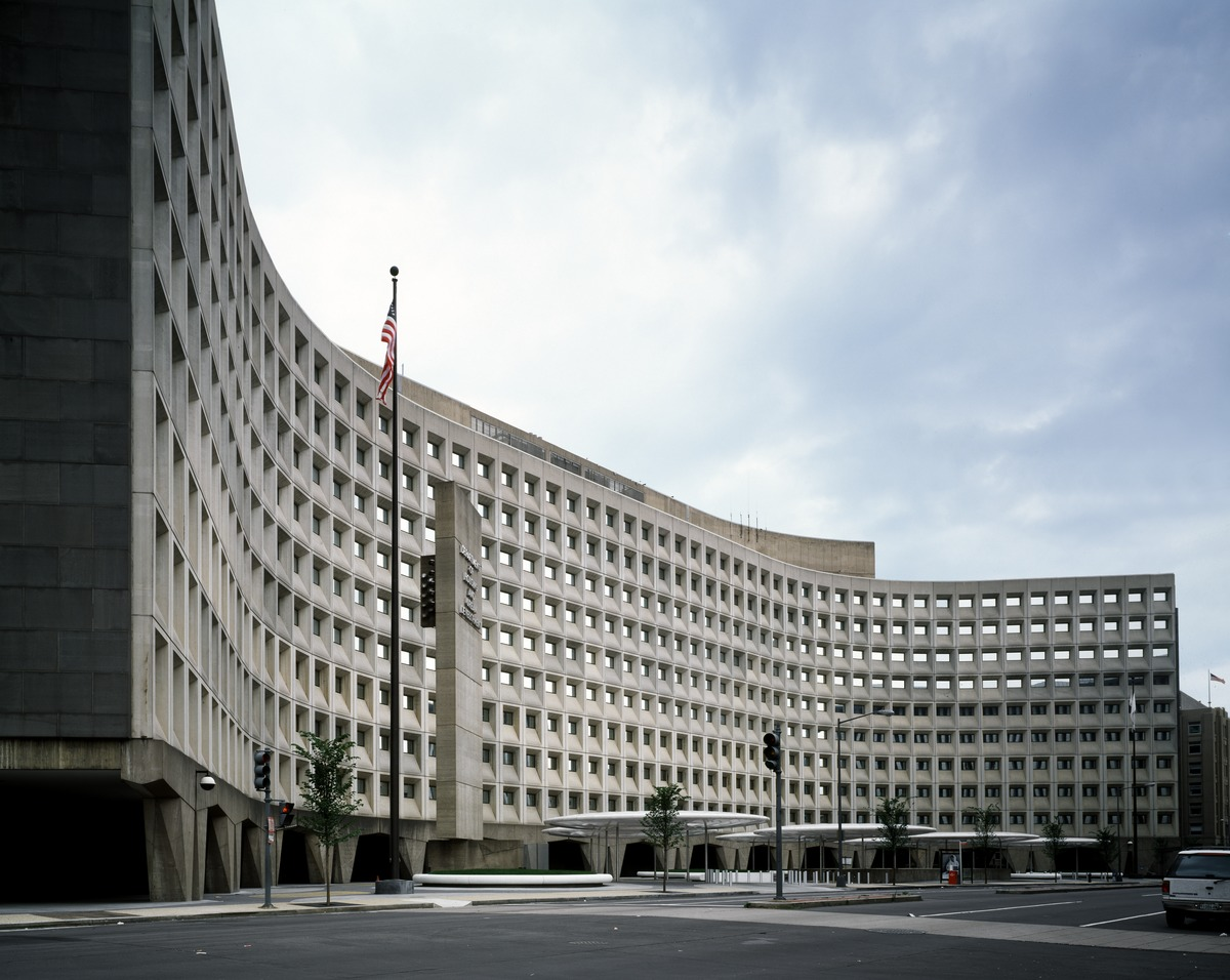 Robert_C._Weaver_Federal_Building,_headquarters_of_HUD,_the_U.S._Department_of_Housing_and_Urban_Development,_Washington,_D.C_LCCN2011633627.tif.jpg