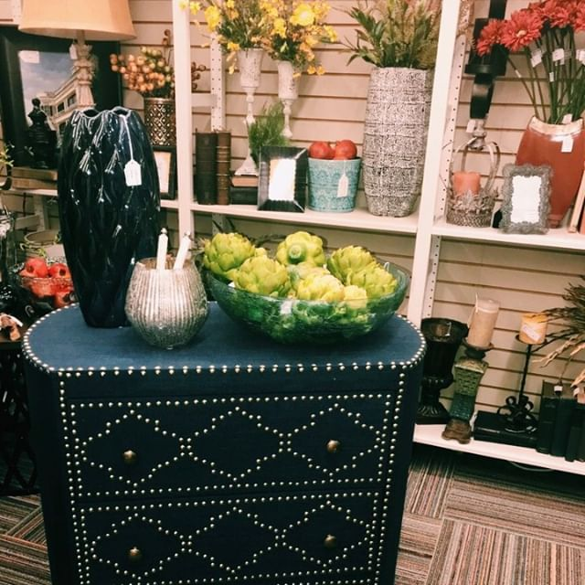 We've got tons of items that can transform any room! Little details can go a long way to transforming a room into a unique spot in the house! ⠀ ⠀ .⠀ .⠀ .⠀ .⠀ #lovethislook #popsofcolor #inlove #tatesdesign #greenvillesc #lovegreenville #lovesouthcarolina #color #interiordesign #yeahthatsgreenville #naturalcolor #unique #newlooks #interiorhome #interior4inspo #interiordesigninspiration #dreamhomeinspo #accessories #traditionalinterior #interiordecor #decor #greenvilleinteriordesign #greenville360 #designhome #tonsoflooks #detailsdetailsdetails #color #accents #vintage #newlooks