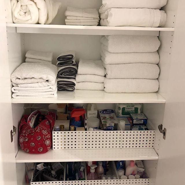 Linen closet on point 👍🏻@thecontainerstore . . . . . #spacelift #organized  #modernliving #designideas  #easyliving #simplify #declutter #homesweethome #interiors #inspo #neatandtidy #harteyourhome #containerstore #lineduplife #likeitbricks #folded #stacked #linencloset #oktcs