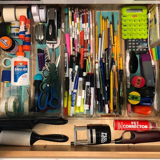 Categorize it ✏️🖍✂️ . . . . #spacelift #organized #luxurydesign #modernliving #designideas #schoolsupplies  #easyliving #simplify #declutter #homesweethome #interiors #inspo #drawerenvy #neatandtidy #harteyourhome #containerstore #lineduplife