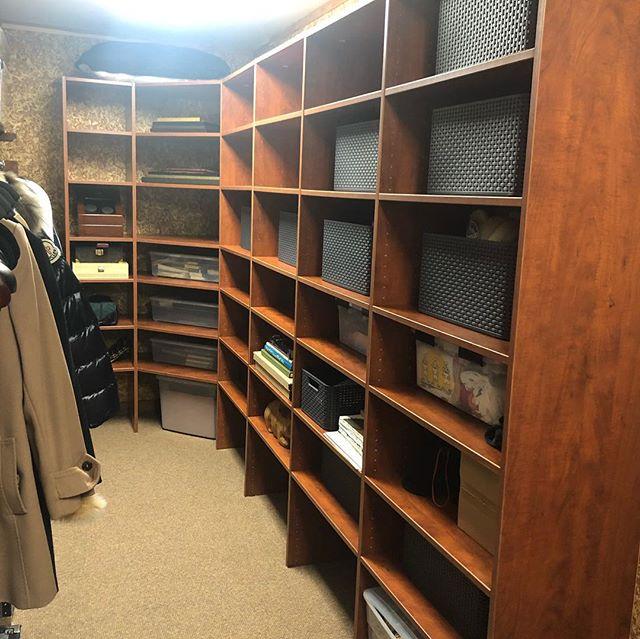 Storage made easy. . . . .  #spacelift #organized #luxurydesign #modernliving #designideas  #easyliving #simplify #declutter #homesweethome #interiors #inspo #neatandtidy #harteyourhome #storage #cedarcloset #walkin #containerstore #lineduplife #familymomentos