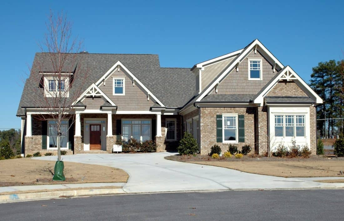 Photo: https://pixnio.com/architecture/house/home-house-facade-driveway-suburb-suburban-asphalt-entrance-lawn