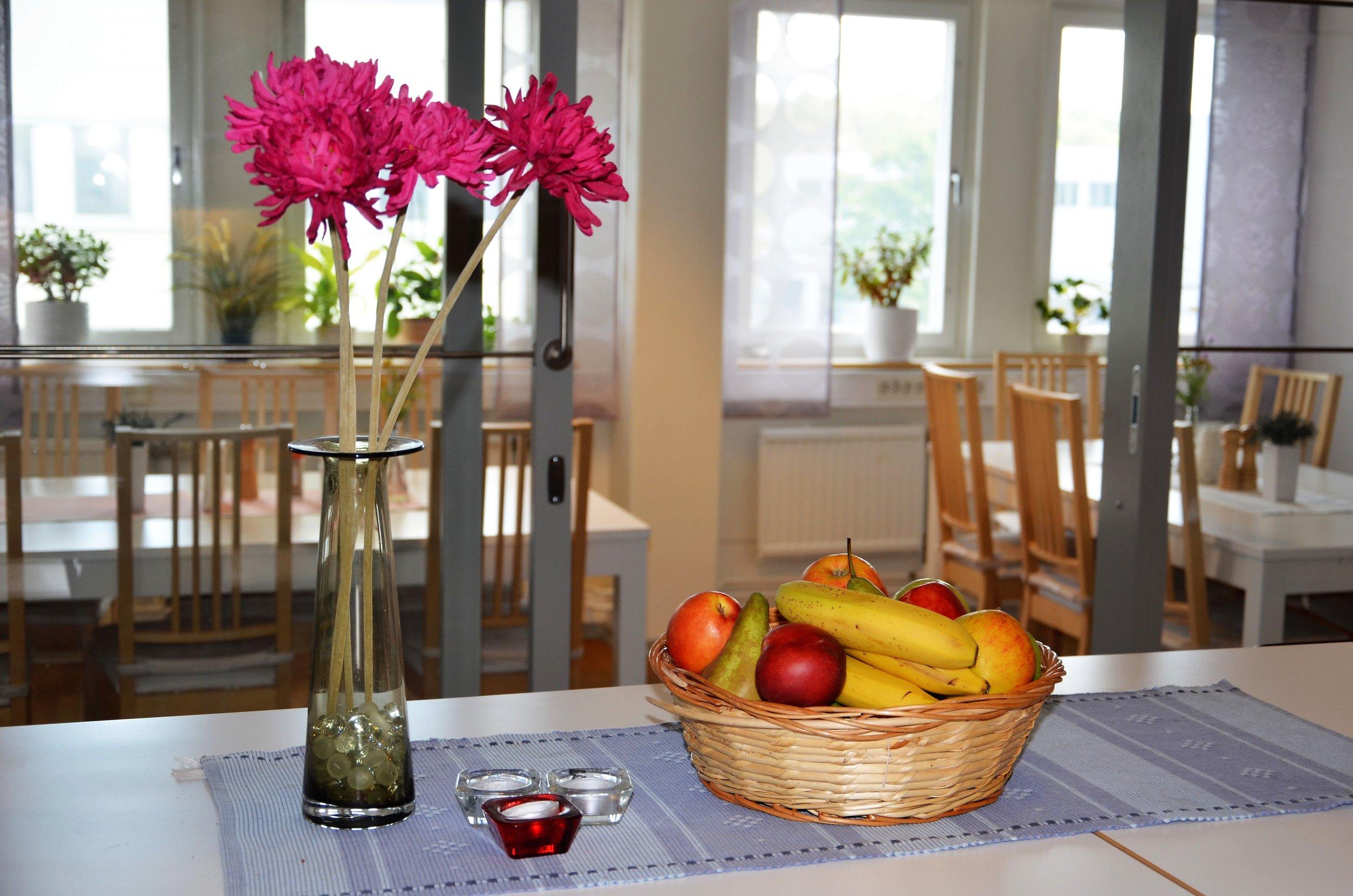 Vi har ett utrustat kök och lounge i moderna lokaler