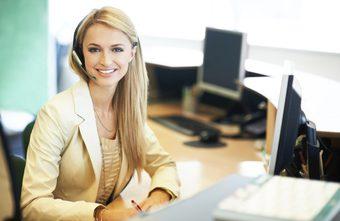 Kvinna med headset i reception