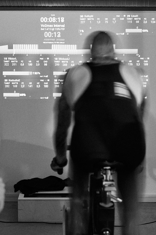 socialt och utmanar på individnivå - Vi som arbetar på Studio L'Echelon är proffs när det gäller konditionsträning som är effektiv samtidigt som det är socialt och roligt. Cykelträning är en individuell motionsform som är skonsam mot leder och därför passar så gott som alla. Det kan utövas enskilt eller i grupp och i vår studio spelar vädret ingen roll.Eftersom cykling är så lättillgängligt och inte beroende av några förkunskaper är det ett utmärkt exempel på friskvård som kan utövas av samtliga av företagets anställda. Det är en aktivitet som för samman medarbetare och som kan utövas helt prestigelöst. Det går också att träna mer tävlingsinriktat för den som vill. Eller varför inte sätta upp ett gemensamt mål som ett cykellopp?