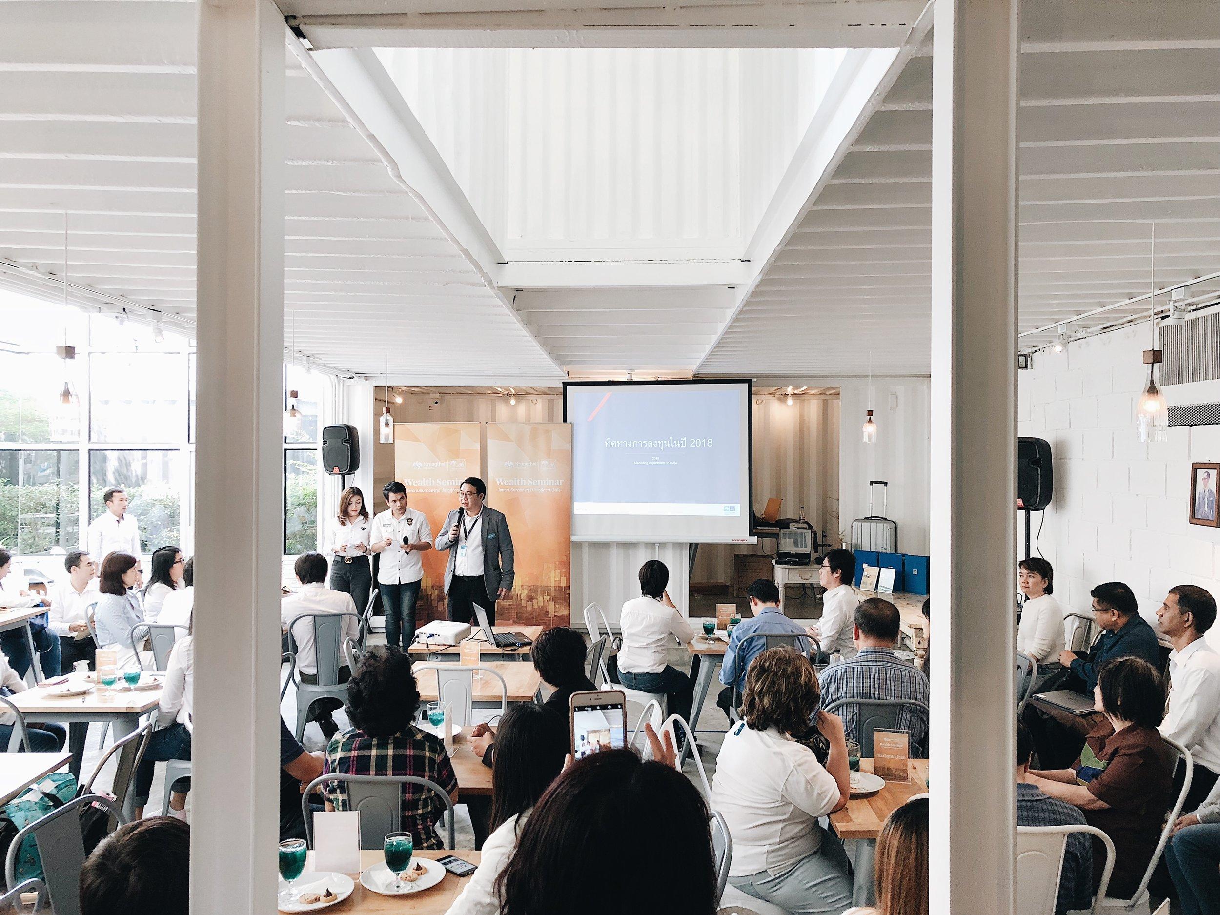 #3 AMBIENCE - บรรยากาศในห้องประชุม ถ้าห้องประชุมในคาเฟ่เหมือนกับห้องประชุมในออฟฟิต ก็คงไม่มีเหตุผลที่ต้องมานั่งประชุมในคาเฟ่ ห้องที่มีความแตกต่าง และสถานที่ที่มีความแปลกใหม่สามารถสร้างแรงบันดาลใจให้การประชุมมีผลลัพย์่ที่ดีขึ้นก็ได้ ห้องประชุมที่มีหน้าต่างรอบ มองเห็นต้นไม้ทำให้สบายตา มีความแตกต่างจากห้องในตึกที่มีแต่กำแพงTHE BLOC มีห้องประชุมให้เลือกหลายขนาด โดยทุกห้องมีความเป็นส่วนตัวและมีประตูกระจกกั้นทุกห้อง โดยมีขนาดตั้งแต่ 4ท่าน ถึง 50 ท่าน ดูรายละเอียดห้องประชุมได้ที่ Link