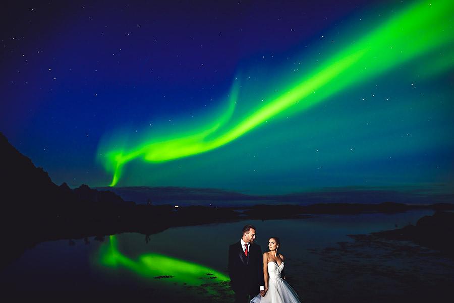 Brudepar under nordlys på Lofoten