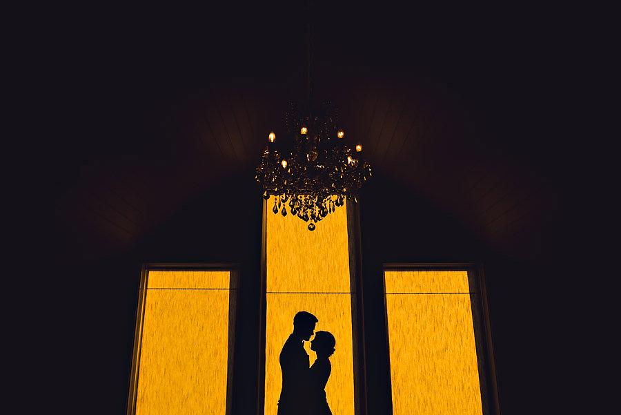 Silhuettbilde av brudepar under bryllup på Solastranden Gård u