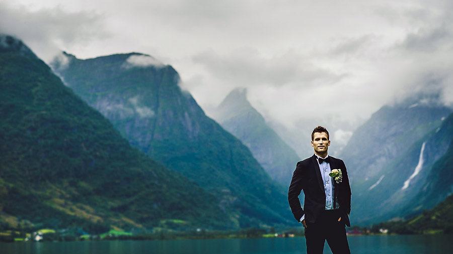 BPortrett av brudgom i Oldedalen med Briksdalsbreen i bakgrunnen