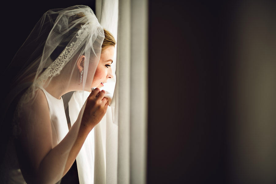 Bruden kikker ned på gjestene fra hotellvinduet på Tørvis Hot