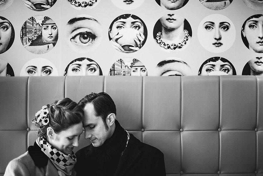 Brudeparet har et stille øyeblikk på café i Kristiansand med