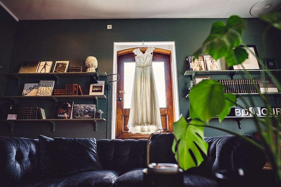 Brudekjolen henger i vinduet hos Apres frisørsalong i Stavanger