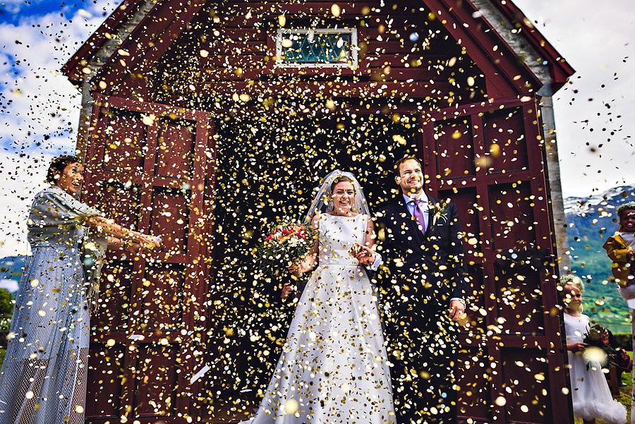 Konfetti utfor kirka i bryllupet i Luster i Sogn