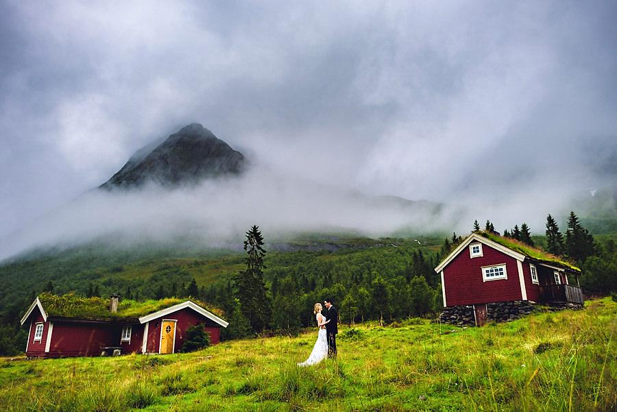 Brudepar i Sunnmørsalpane omringet av fjell, regn og tåke