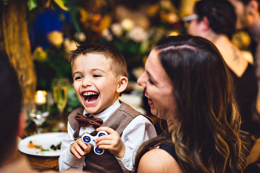 Glade bryllupsgjester smiler og ler på bryllupsfesten i Austin