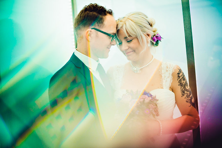 Brudeparet har et stille øyeblikk sammen i heisen etter vielsen