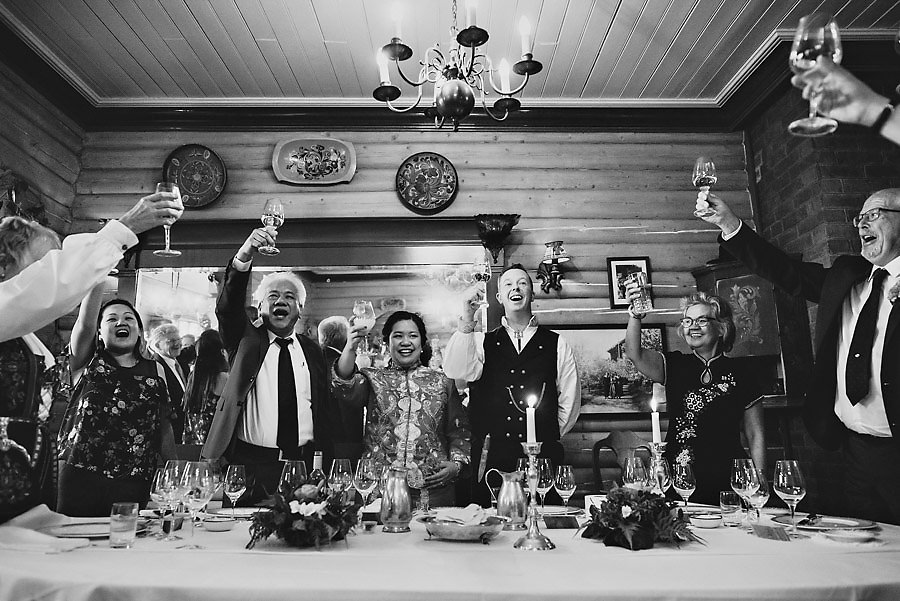 Brudepar og foreldre skåler i norsk singaporsk bryllup på Tudd
