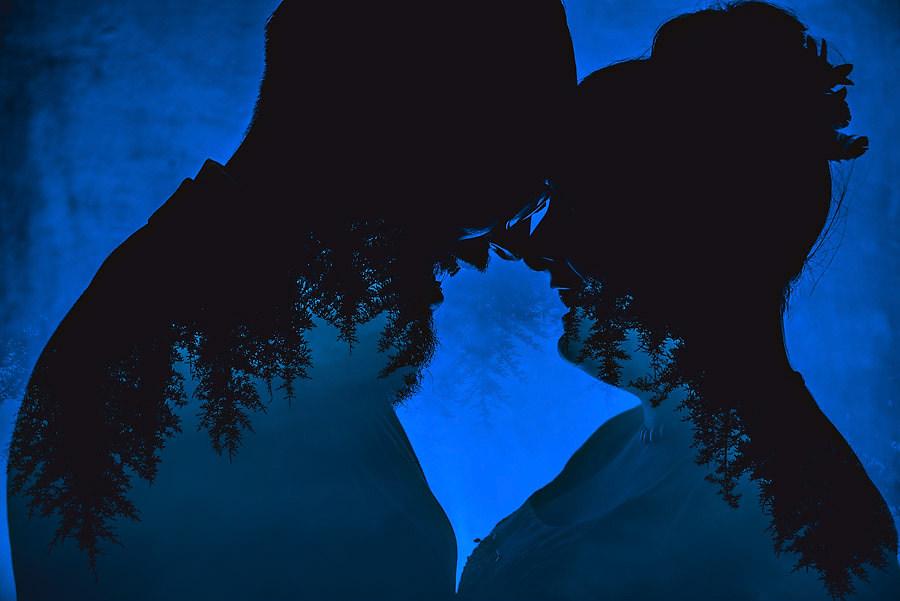 brudeparet og skogen i en dobbeleksponering bryllupsfotografi og