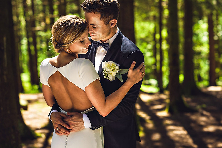 Nydelig brudepar i skogen nygift bryllup