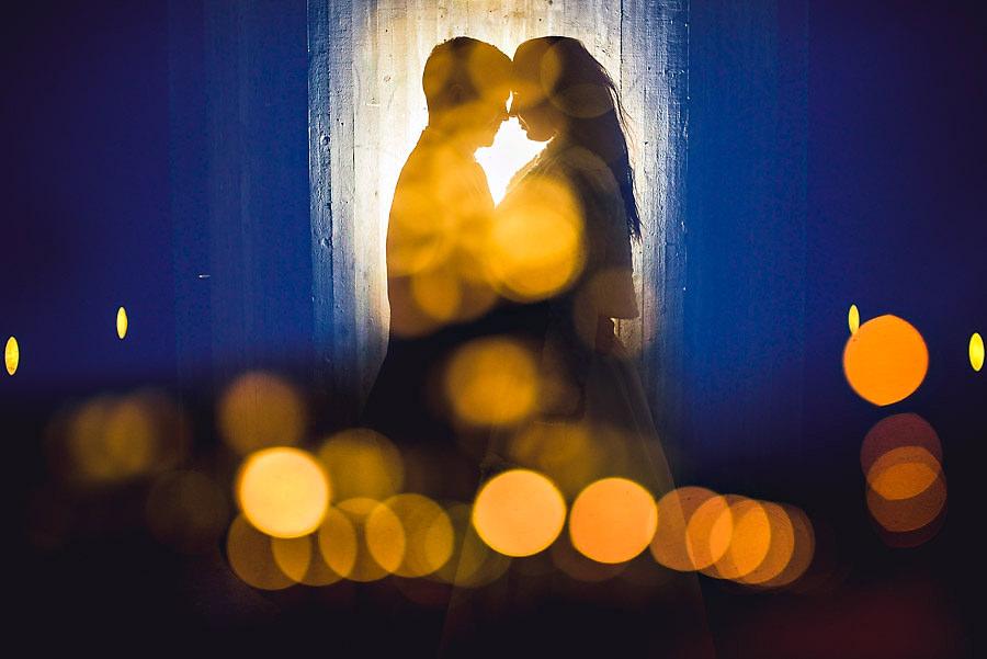 Kreativt bryllupsbilde på togstasjonen på Bryne
