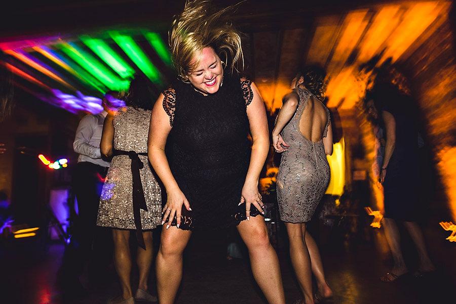 Bryllupsgjest headbanger på dansegulvet i Austin Texas