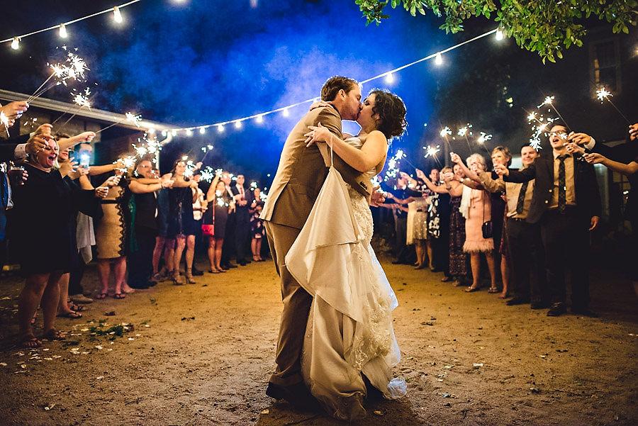 avslutning på bryllupsdagen med stjerneskudd sparkler exit