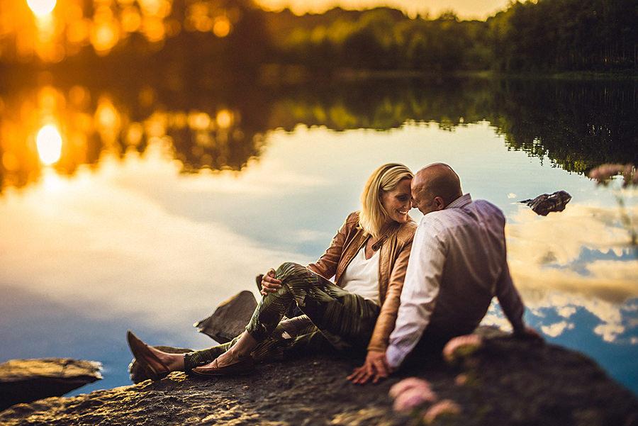 Forlovelsesbilder - Det fins tusen grunner for å ta forlovelsesbilder. Her er noen av dem:- Dere får øvd dere på å bli fotografert av en profesjonell.- Vi blir bedre kjent og i bryllupet blir alt lettere.- Bildene kan brukes på invitasjoner, save the date osv.- Lag gjestebok med bilder som gjestene kan skrive i.- Få bilder av dere selv uten bryllupsstasen på.30-40 ferdig redigerte digitale bilder leveres gjennom et online galleri.5 500kr