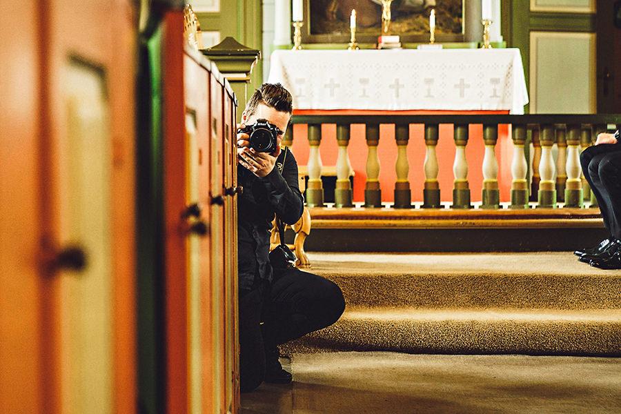 Second shooter - La meg starte med å si at jeg har fotografert de fleste bryllup helt alene, men noen ganger kan det være lurt å ha med en ekstra fotograf. Jeg kan faktisk ikke være to steder til samme tid :pHvis det er store avstander mellom begges forberedelser, hvis du vil ha masse detaljbilder fra borddekning, pynt i lokalet og mingling med gjester mens vi er ute og fotograferer portretter, da er en second shooter veien å gå.Jeg jobber kun med profesjonelle fotografer som jeg stoler på og som gir meg bildene de tar slik at de blir redigert av meg sammen med bildene jeg lager.6 000kr