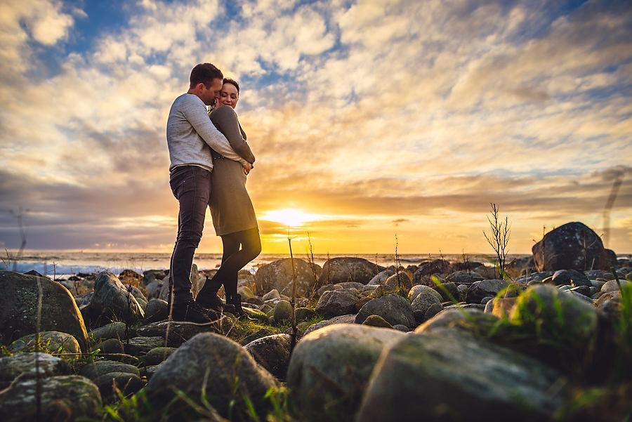 forlovelsesbilder i solnedgang ved havet