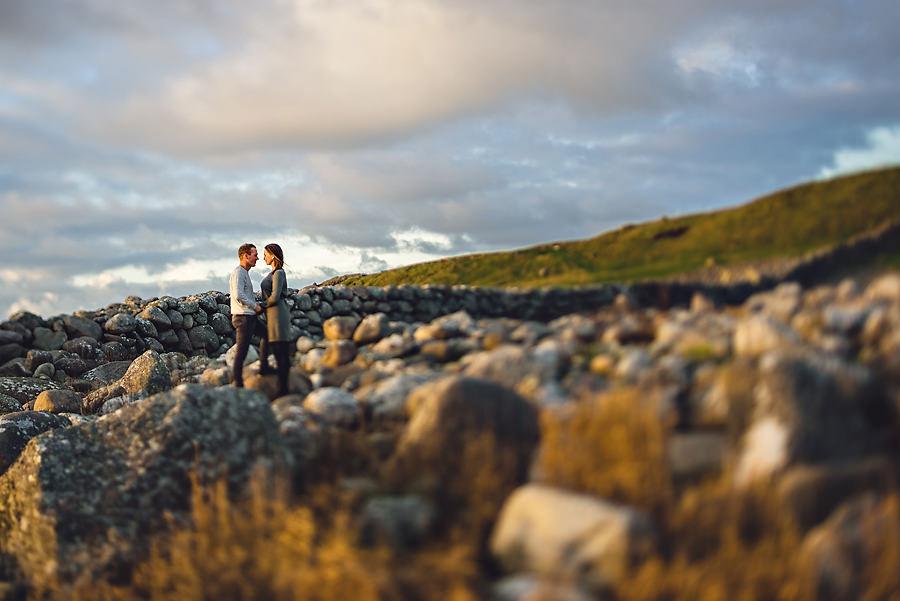 forlovelsesbilder i solnedgang på jæren