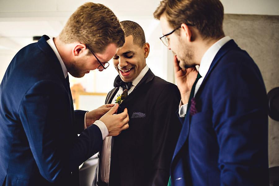 forlovere og brudgom gjør seg klar til bryllup i stavanger
