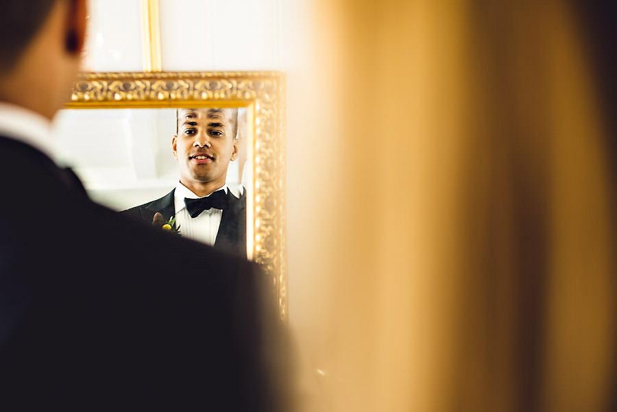 brudgom sjekker seg i speilet før bryllupet sitt i gamle stavan