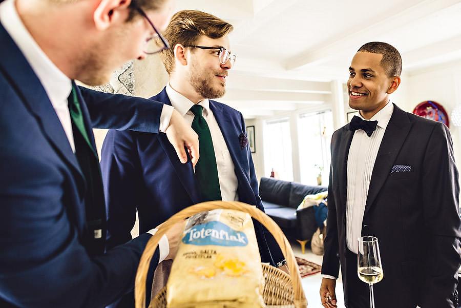 brudgom og forlovere gjør seg klar til brylluppå tou scene i s