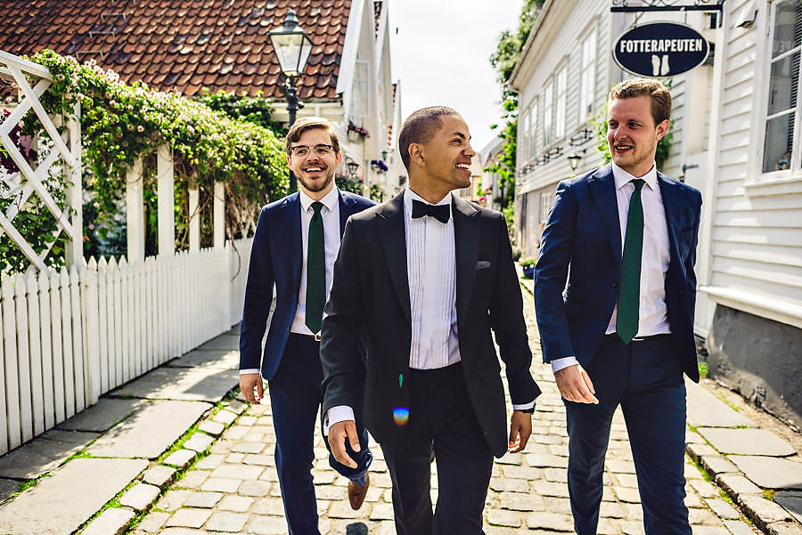 Brudgom og forlovere i Gamle Stavanger bryllupsfotograf