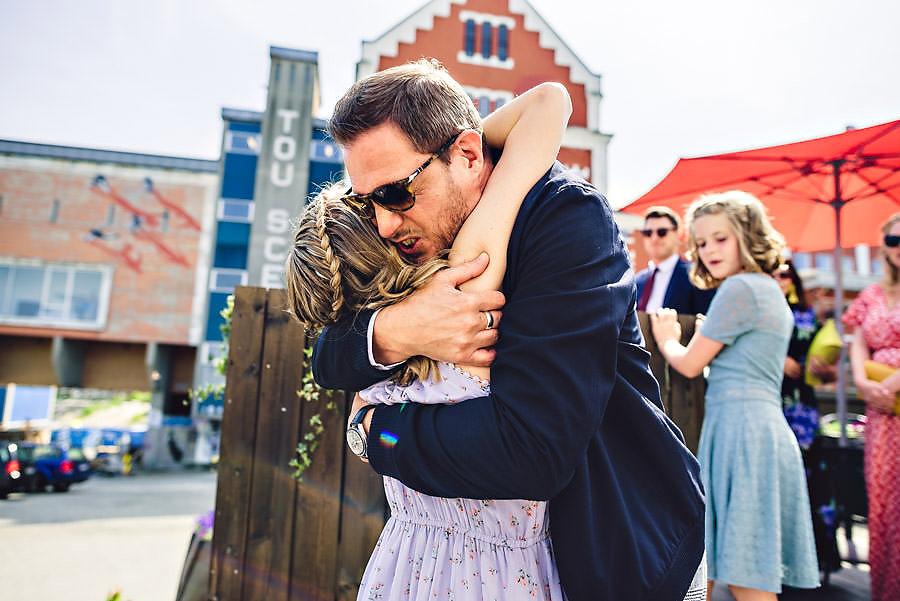 bryllup på tou scene gjester klemmer