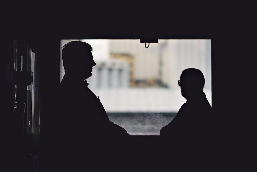 brudens far og vigsler fra humanetisk forbund venter på bruden