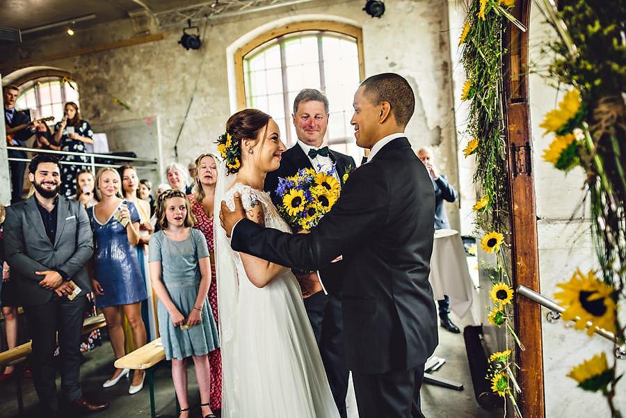 brudgommen tar i mot bruden ved alteret på tou scene