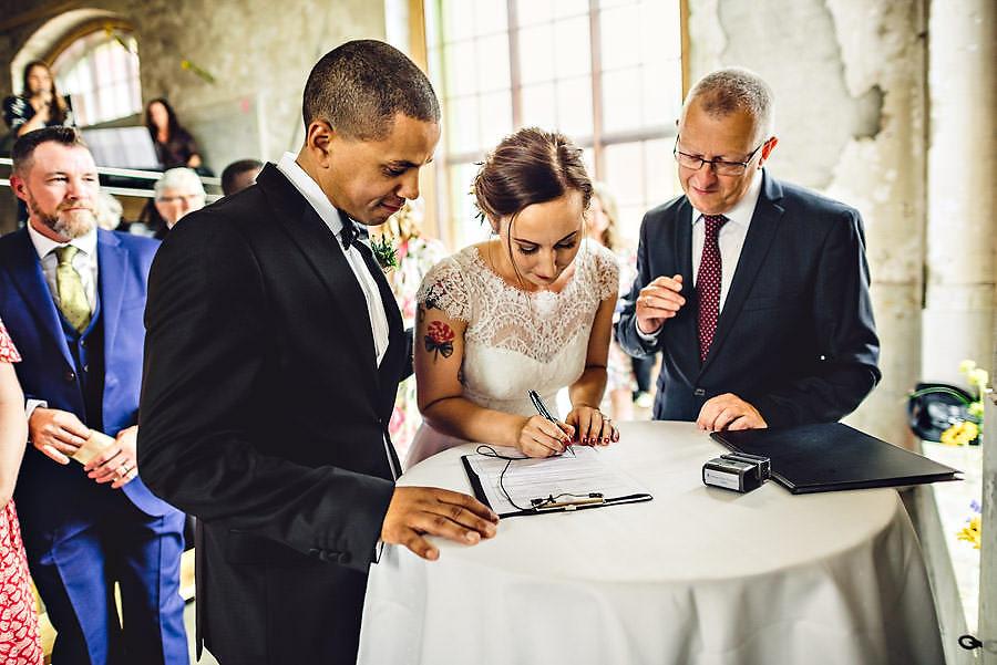 brudeparet skriver under på papirene under vielse på tou scene