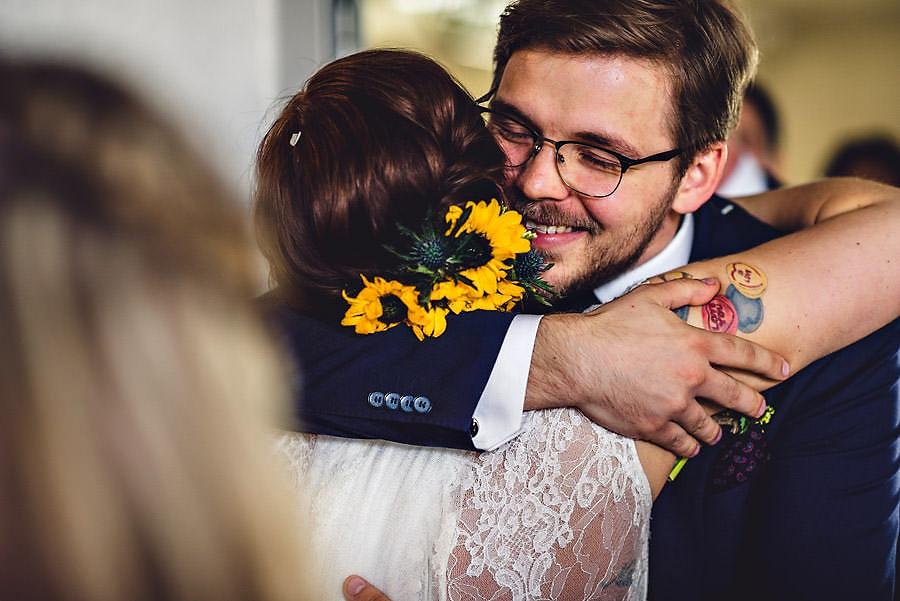 bruden får klem i bryllup i stavanger