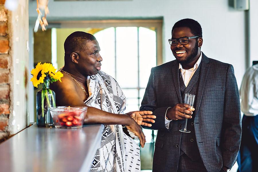 glade gjester i bryllup på tou scene i stavanger