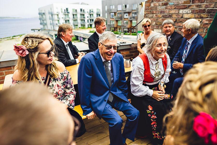 glade gjester i bryllup på tou scene