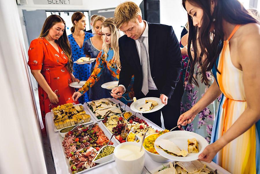 buffet til middag i bryllupet bryllupsinspirasjon tou scene tapa