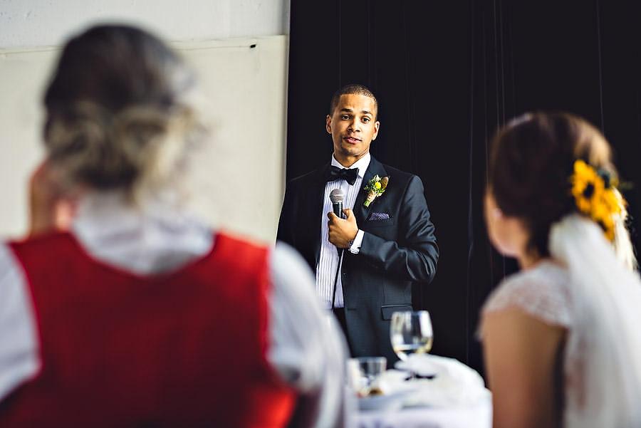 brudgommen holder tale i bryllup på tou scene i stavanger