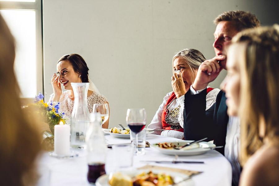 bruden og brudens mor tørker tårer under talene i bryllup på