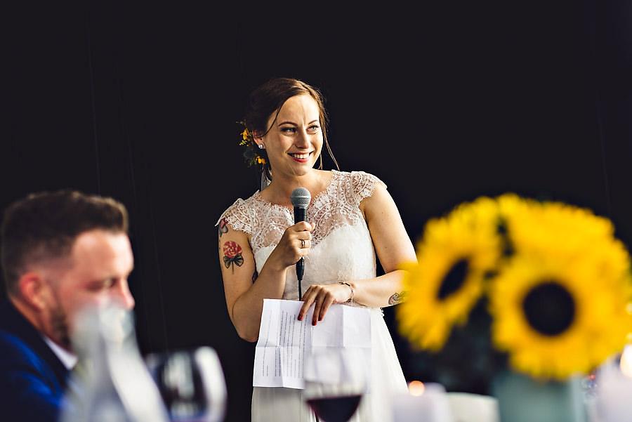 bruden holder tale i bryllup på tou scene i stavanger
