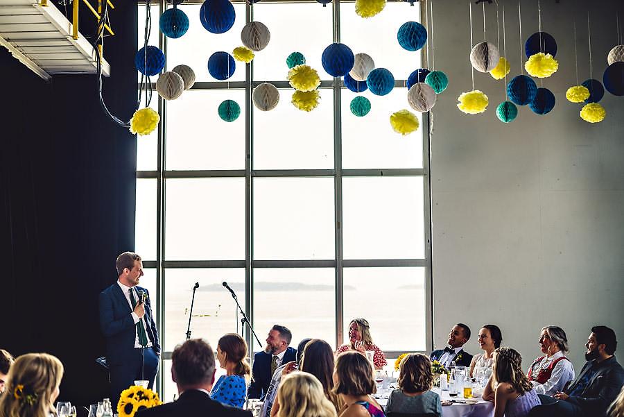 forlover holder tale i bryllup på tou scene